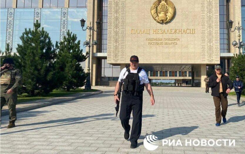 Лукашенко снова охраняет свой дворец с автоматом: новое фото