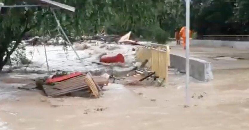 Оккупированный Крым снова затопило: дома ушли под воду, есть жертва