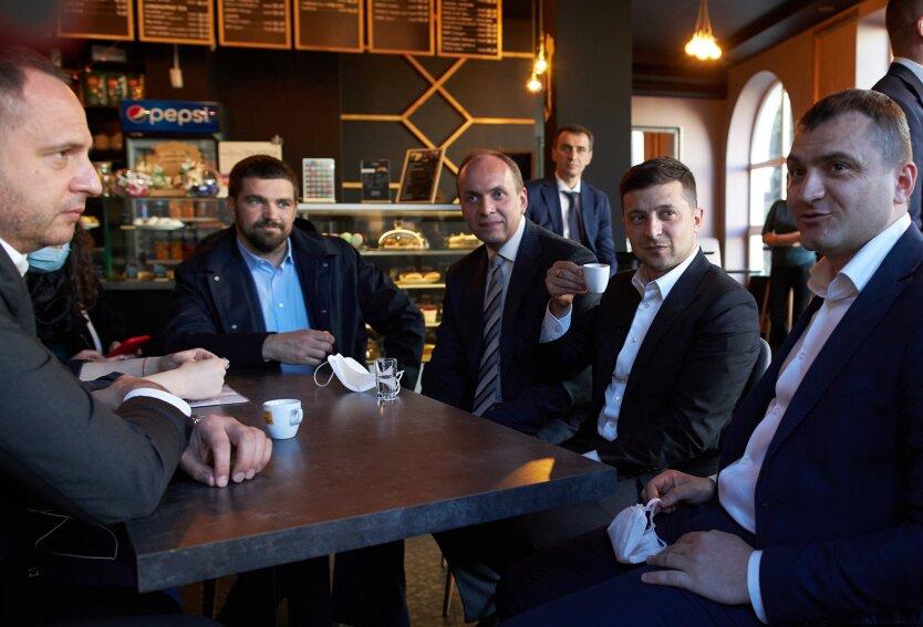 Президент Владимир Зеленский в кафе, зеленский штраф