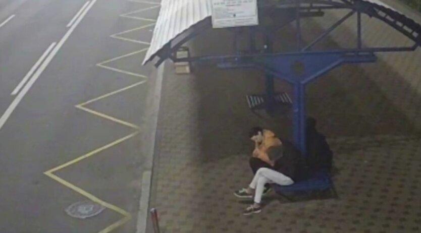 В Киеве обокрали уснувшего на остановке мужчину: видео