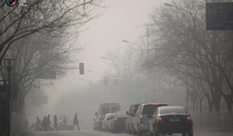 1. Центр Пекина зимой. Люди идут по задымленной улице. (Jason Lee / Reuters)