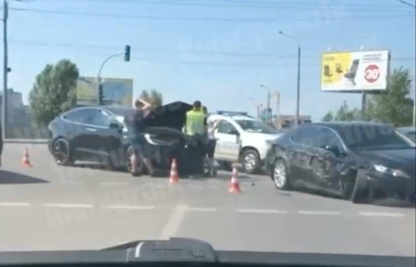 В Киеве случилось серьезное ДТП, Tesla вдребезги: видео