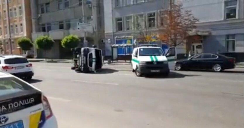 Перевернулся микроавтобус в Киеве,ДТП в Украине,ДТП в Киеве,Авария на Антоновича