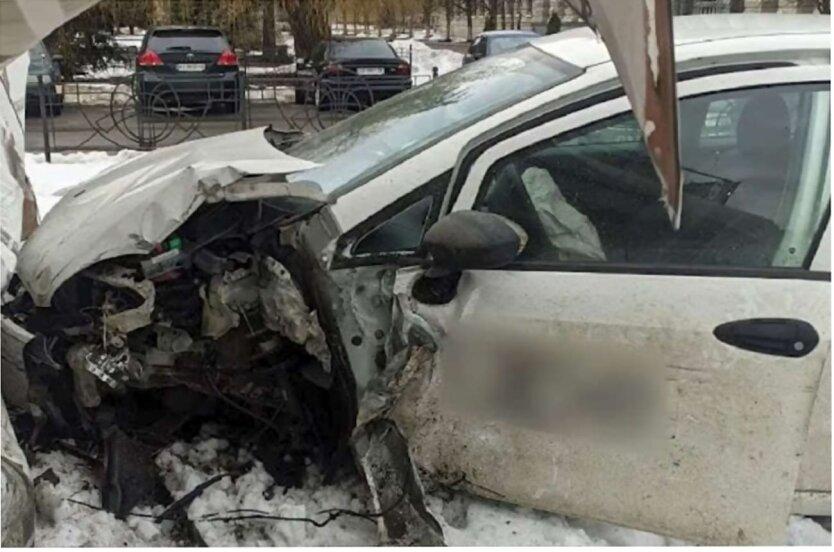 ДТП в Киеве, Жертва ДТП, ДТП с участием такси, Автомобиль въехал в дом