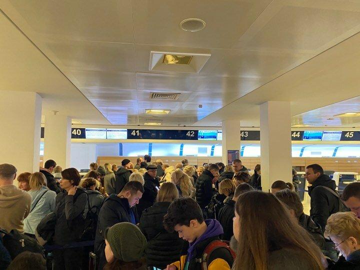 Украинские пассажиры двое суток не могут вылететь из Италии в Киев