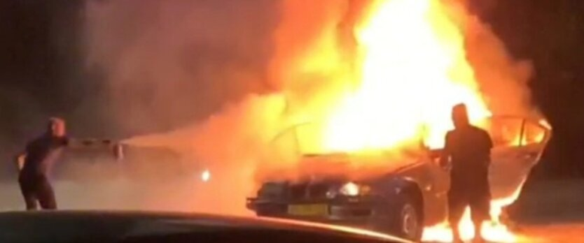 В Запорожье автомобиль влетел в билборд и загорелся, трое погибших: видео