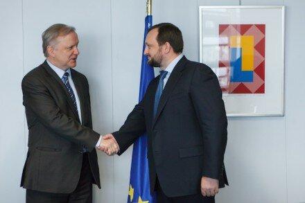 Арбузов намекнул европейцам, что только 610 млн. евро спасут отца украинской демократии