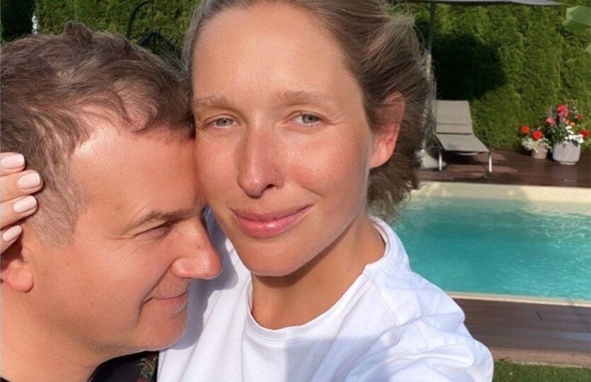 Беременная Катя Осадчая показала фото в купальнике у бассейна