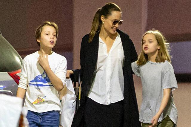 Джоли с детьми