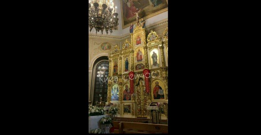 Церква Рождества Христова, девушки-подростки, курили и задували свечи