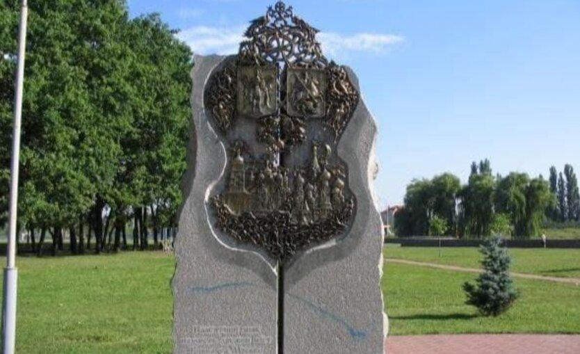 В Киеве убрали памятник в честь дружбы с Москвой