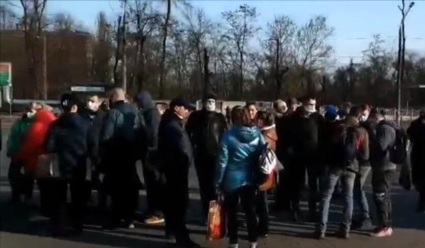 Кривой Рог, очередь за пропусками, коронавирус в украине, карантин в украине