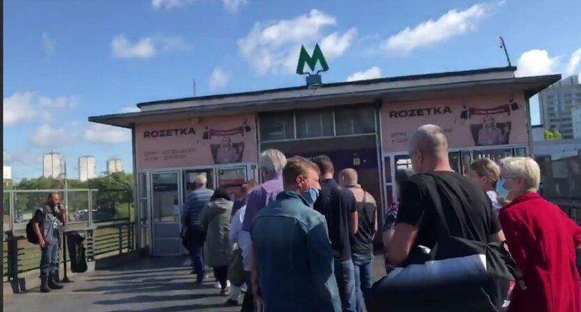 """В Киеве """"коллапс"""" в метро: возникли километровые очереди"""