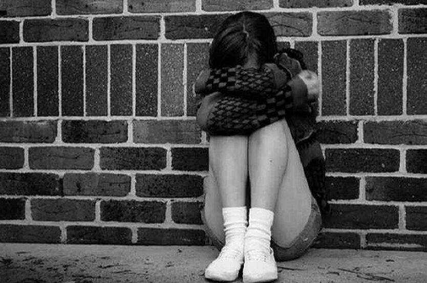 подросток плачет слезы