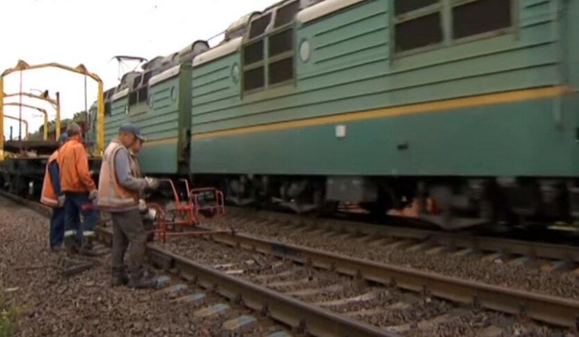 """С """"Укрзализныци"""" массово бегут работники: названа причина"""