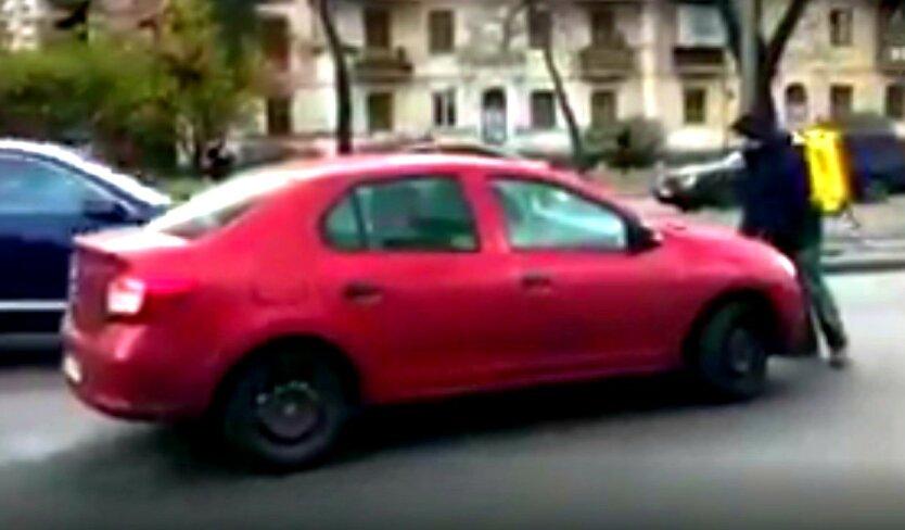 В Киеве курьер Glovo бросался на проезжающие авто: видео