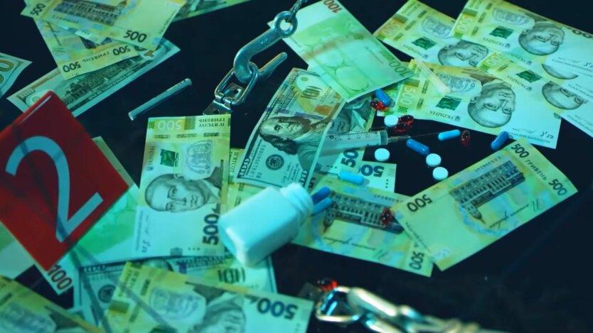 Гривны, доллары и монеты лежат на столе