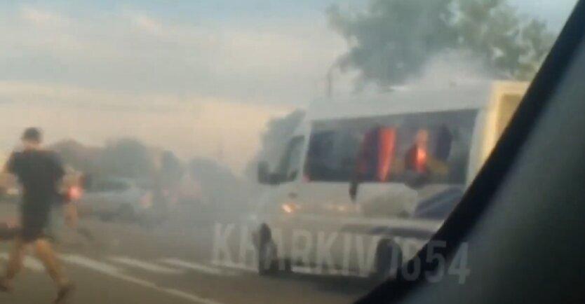 Опубликовано видео момента нападения на автобус на трассе Киев-Харьков