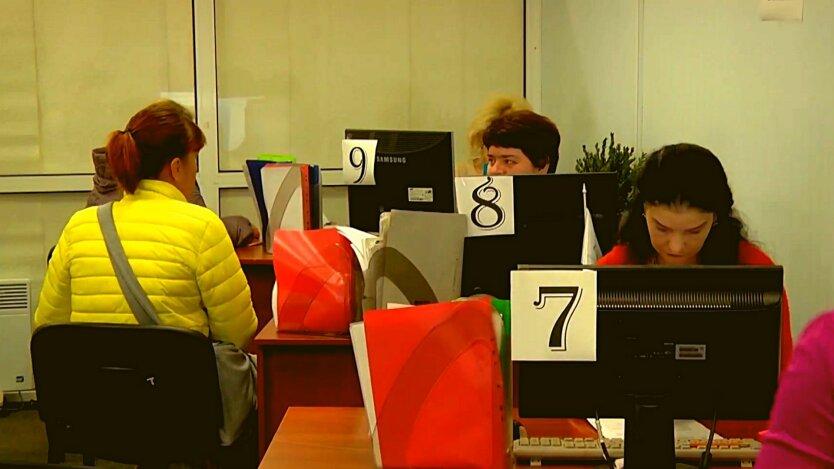 Женщины в офисе социальной службы