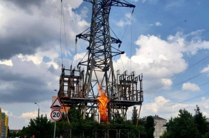 В Киеве загорелась электроопора