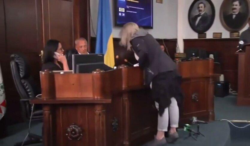 Женщина пытается избить мэра Черноцов, сессия горсовета, Роман Кличук