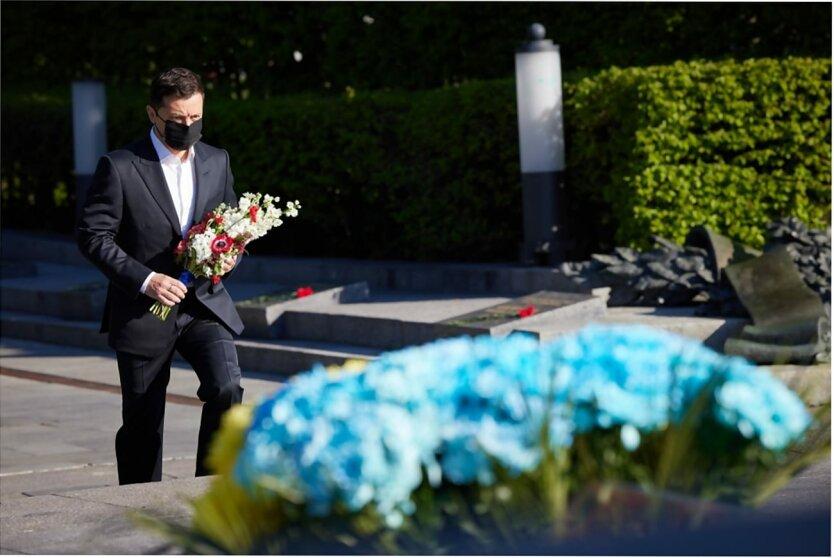 Владимир Зеленский, Возложение цветов на площади Славы в Киеве, День победы в Украине