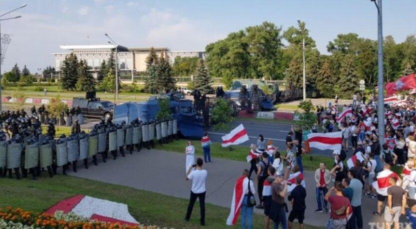 Тысячи протестующих подошли к оцепленному ОМОНом дворцу Лукашенко: видео