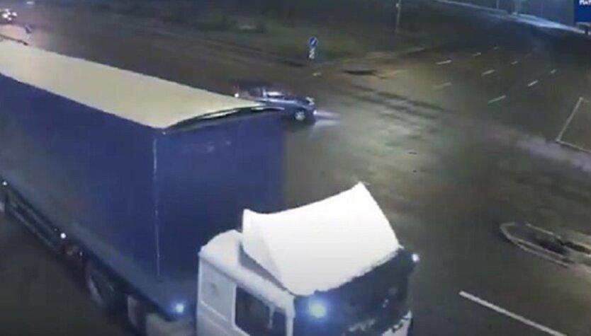 В Киеве пьяный водитель влетел в грузовик