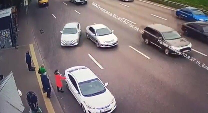 """Водитель """"Uber"""" врезался в остановку с людьми: видео"""