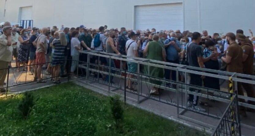 В Киеве образовалась толпа на вакцинацию от COVID-19