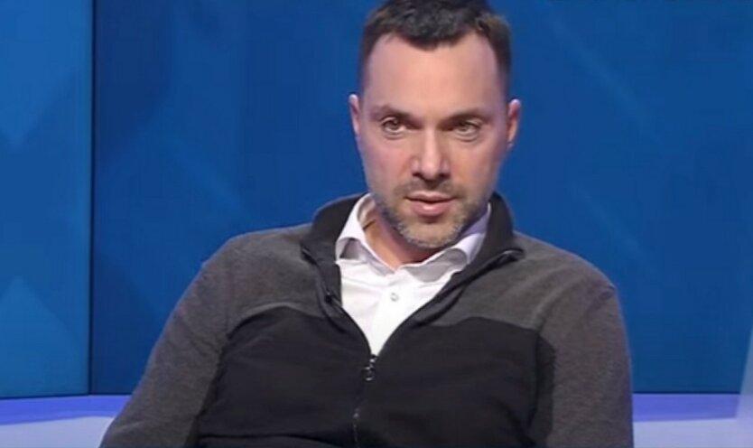 Арестович рассказал, кто должен отвечать за военные преступления на Донбассе