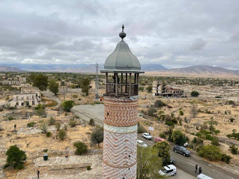 Разрушенный Агдам. В городе из уцелевших зданий осталась только эта мечеть