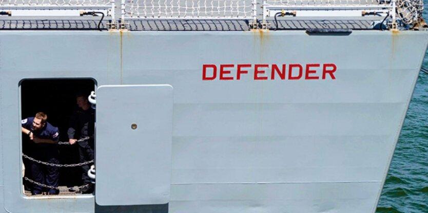 Российские военные якобы обстреляли британский эсминец в Черном море