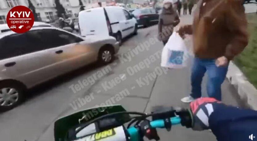 """""""Хотел объехать пробку, но выхватил пакетом"""": в Киеве байкеры-неадекваты побили пешехода"""