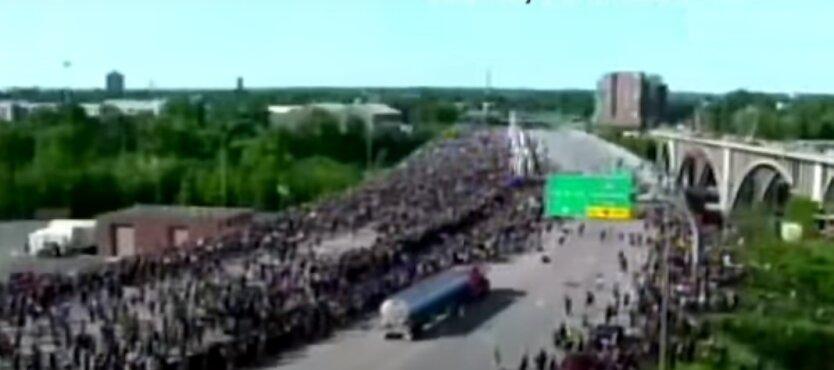 Украинец на грузовике въехал в толпу митингующих