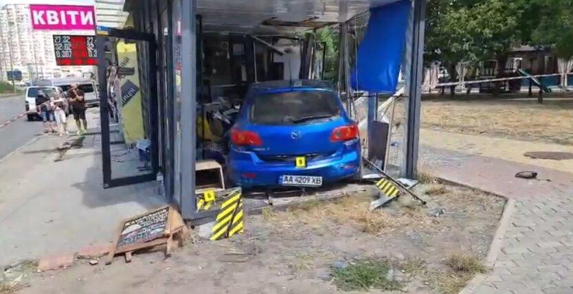 В Киеве автомобиль влетел в кофейню на остановке