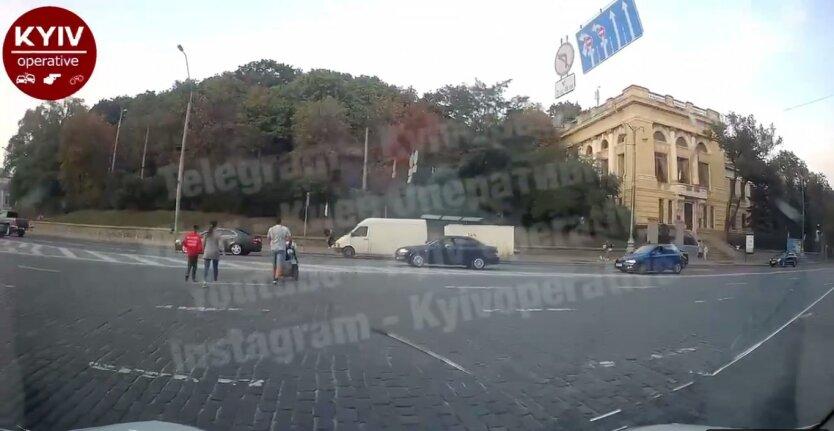 Семья с коляской выскочила на дорогу, Киев, горе-родители