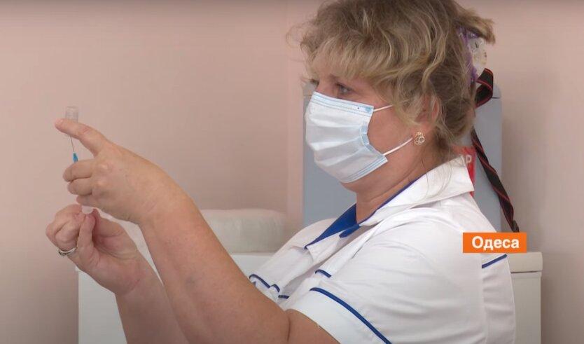 В Украине снизилась статистика по COVID-19 и темпы вакцинации