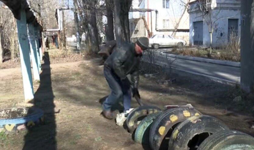 В Киеве демонтируют «клумбы» из старых автопокрышек