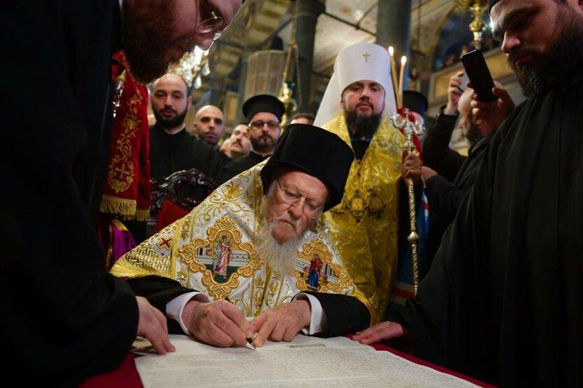 Патриарх Варфоломей подписывает Томос
