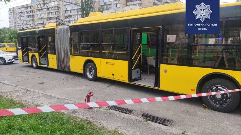 В Киеве мужчина бросил в троллейбус бутылку с зажигательной смесью: видео