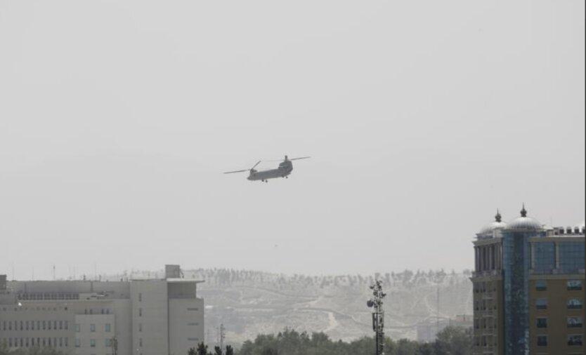 Американские вертолеты эвакуируют сотрудников посольства США на аэродром в Кабуле
