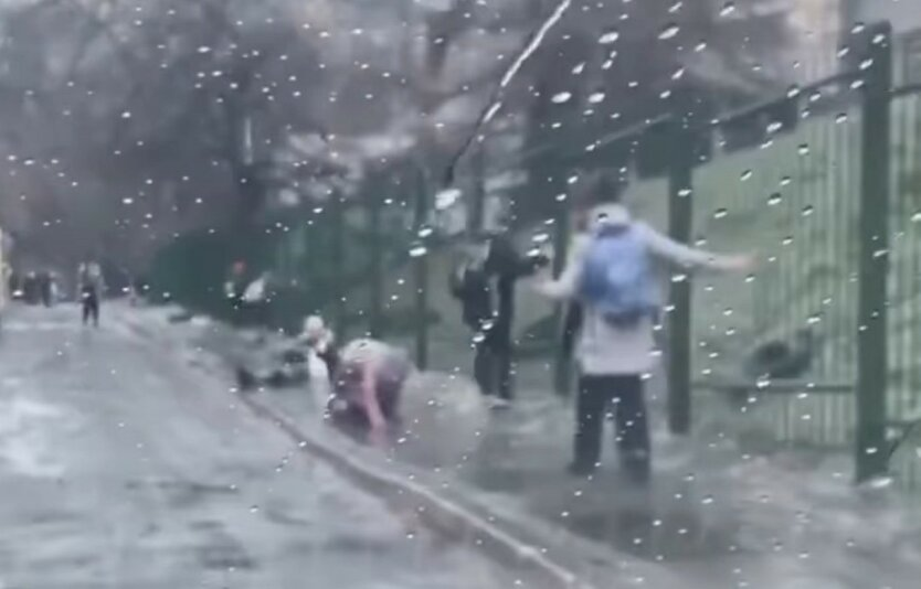 """В сети показали, как киевские школьники """"справлялись"""" с гололедом"""