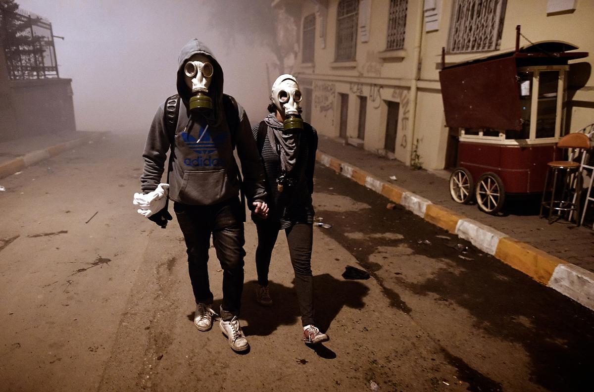 Картинка парень и девушка в масках